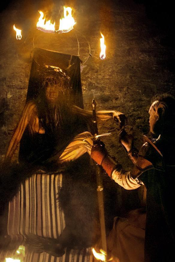 Spectacle de feu médiéval avec sorcière et guerrier