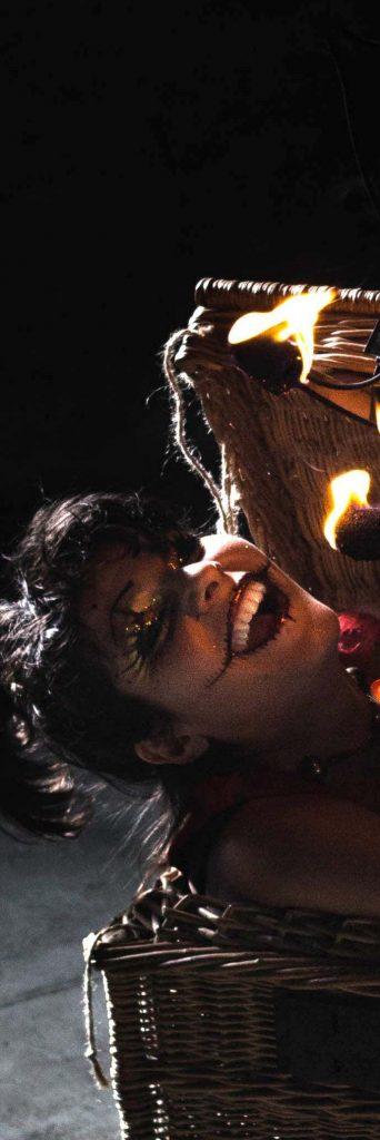 Lily sors de ta boîte : Un show solo d'Halloween dans le thème Dark Circus