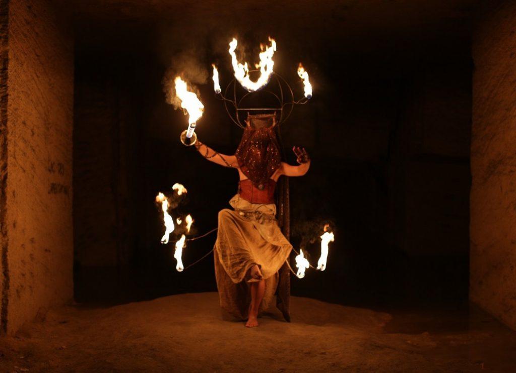 Performance de feu par la compagnie A'Tuin