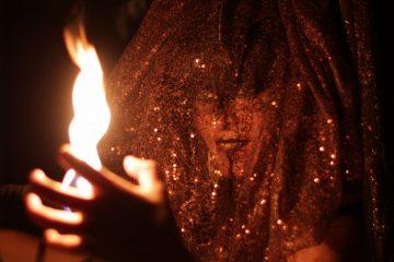 Performance enflammée d'une chamane du Moyen-Âge