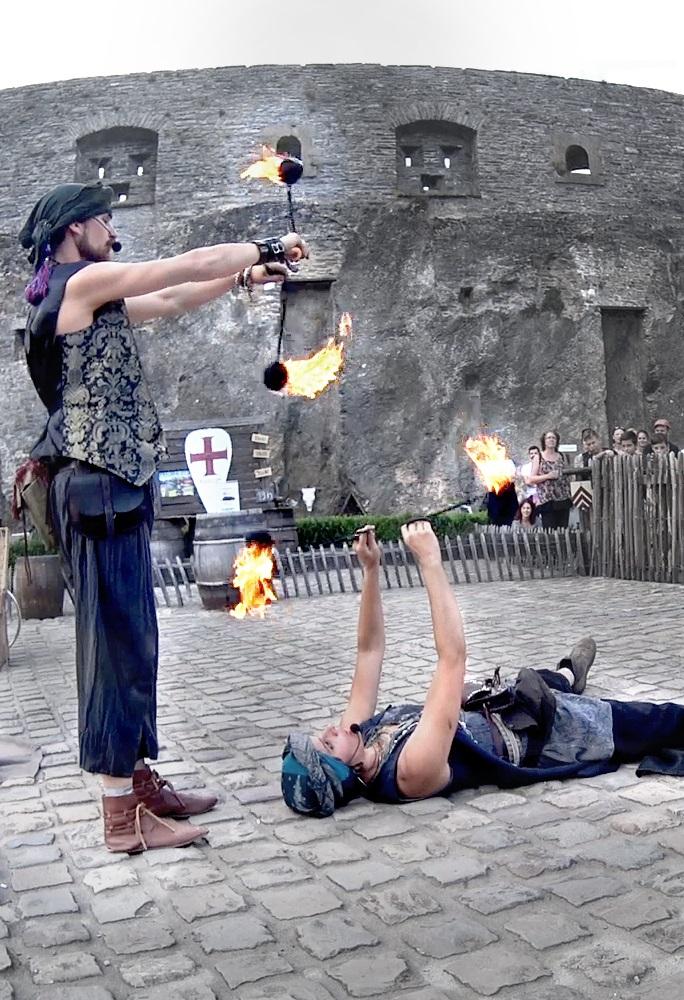 Les Oiseaux de feu : Un conte médiéval de rue