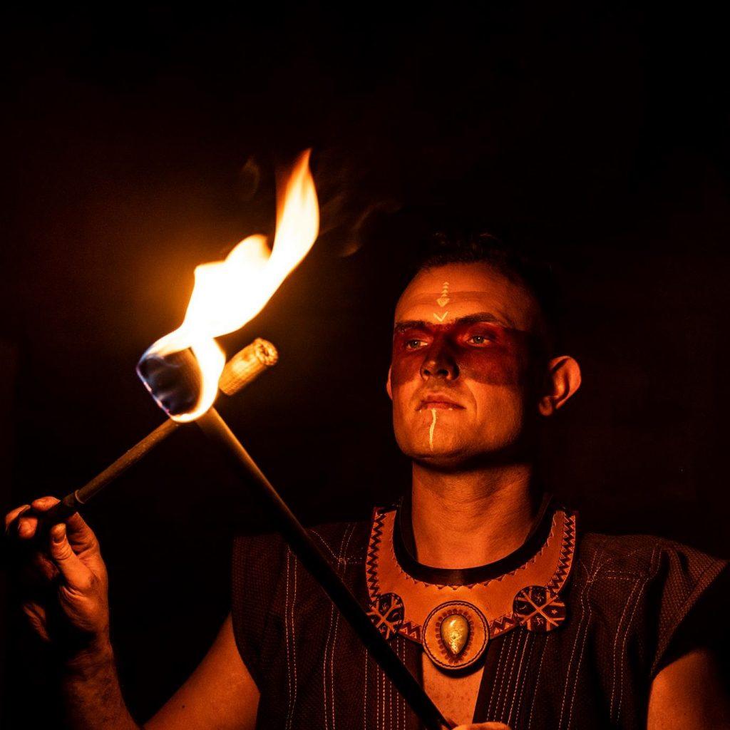 Un guerrier dans un spectacle de feu