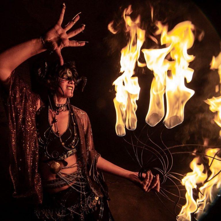 Un personnage de sorcière dans un spectacle de feu médiéval